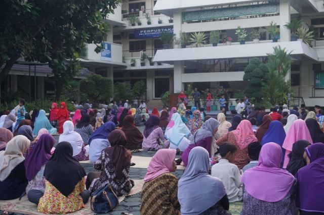 Silaturahmi GTK Muhi dengan masyarakat sekitar melalui Pengajian Buka Bersama.